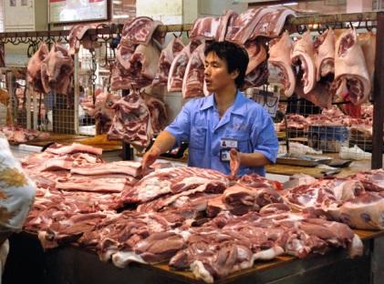В Китае расследуют очередной случай попадания в продажу мяса больных свиней