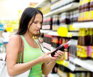 customer reading label sugar one use